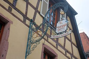 Bildergeschichten im Elsass: Was die bunten Ladenschilder Urlaubern im Elsass erzählen