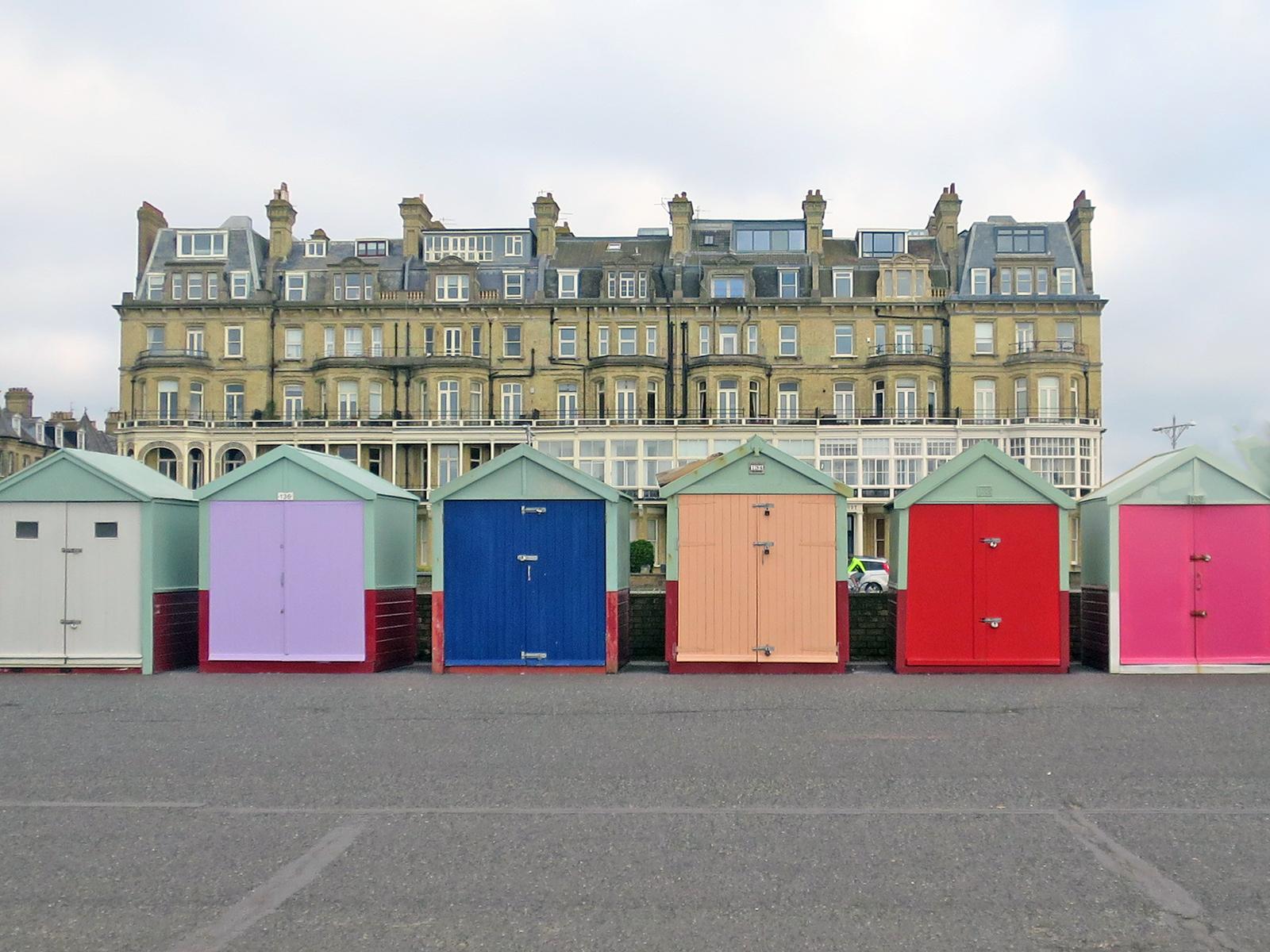 Brighton Beach Huts: Wie die bunten Badehütten im britischen Seebad Brighton zum Kult wurden